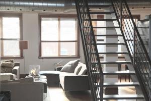 Appartement met trap in woonkamer